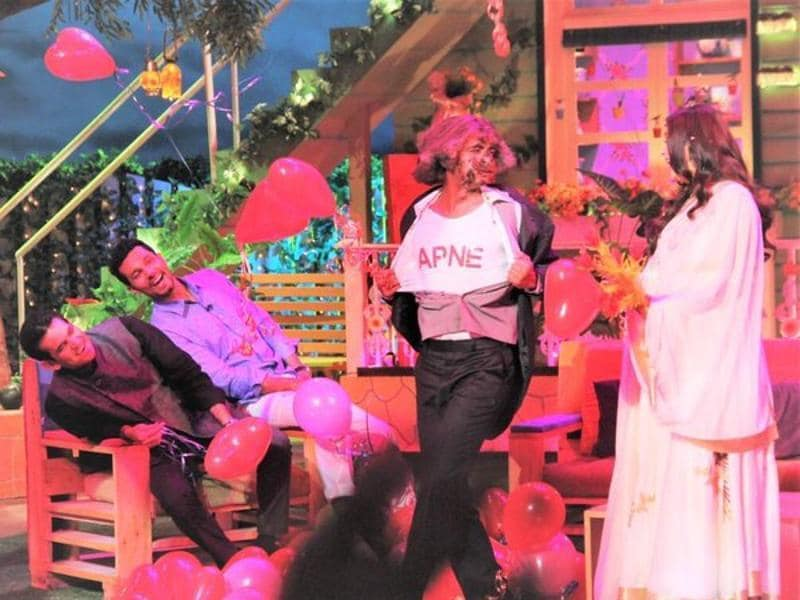 Actor Randeep Hooda and filmmaker Oomung Kumar can't stop laughing as they watch Sunil Grover trying his best to woo Aishwarya. (Twitter)
