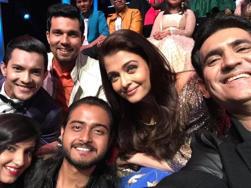 Randeep hooda, Aishwarya and Oomung Kumar take a group selfie on the sets of Sa Re Ga Ma. (Twitter)