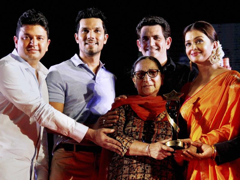 Sarbjit star cast Aishwarya Rai Bachchan, Randeep Hooda along with producer Bhushan Kumar and director Oomung Kumar give an award to Dalbir Kaur, sister of Sarbjit Singh at a press conference to promote the upcoming film Sarbjit in Ahmedabad on Sunday.  (PTI)