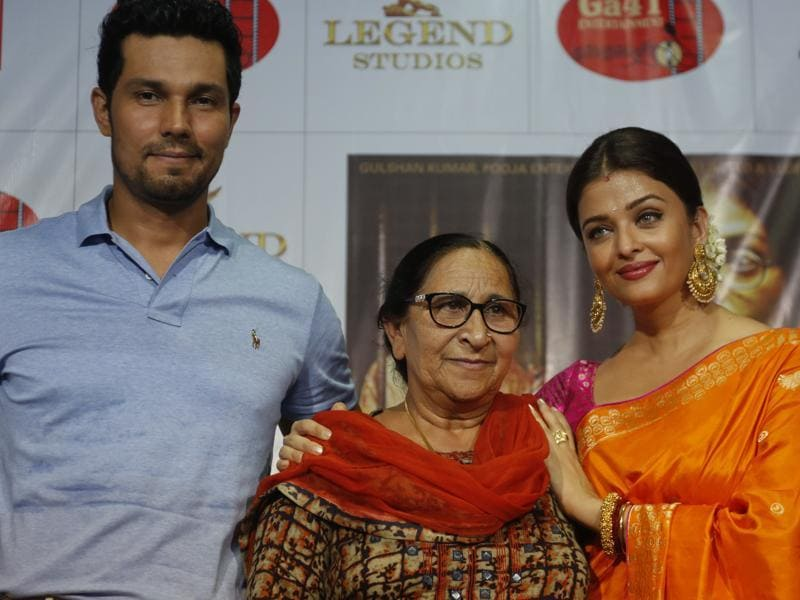 Bollywood actors Aishwarya Rai Bachchan, right and Randeep Hooda, left pose with Dalbir Kaur, sister of Sarbjit Singh during a press conference to promote their upcoming film, Sarbjit. (AP)