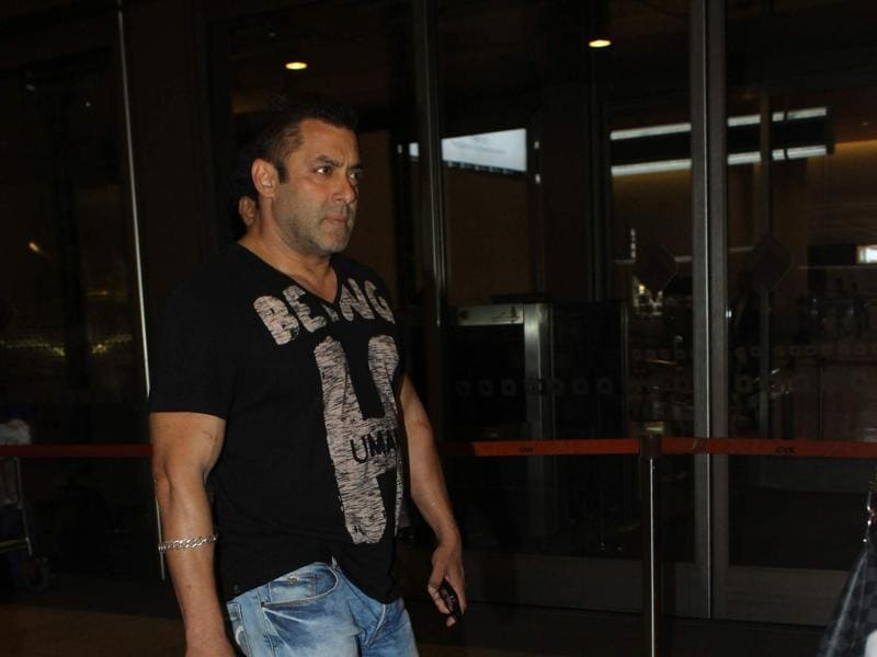 Salman Khan maintained a distance from the two ladies at the airport and even drove home in a separate car. (Viral Bhayani/HT)