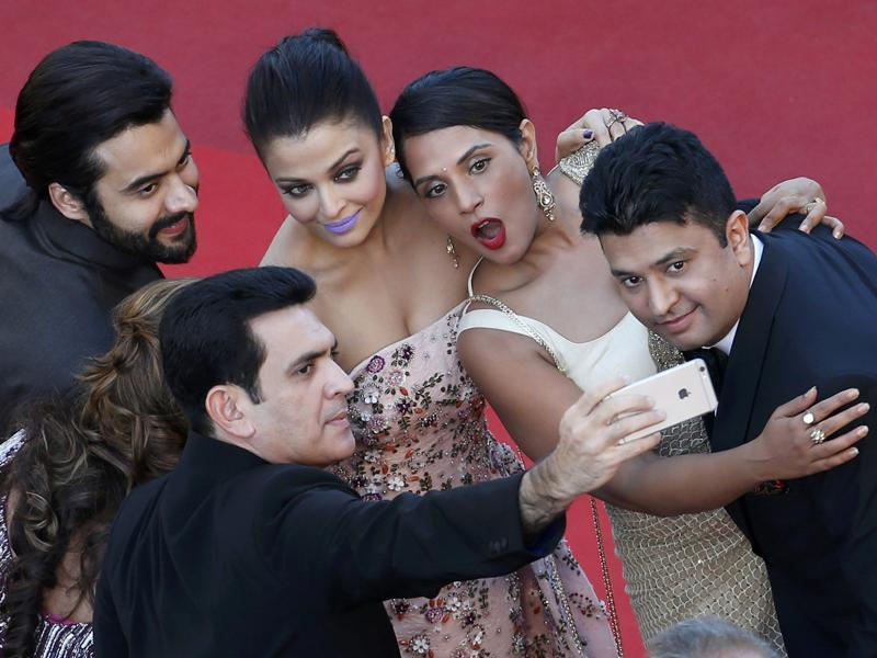 Selfie time for the Sarbjit gang. Aishwarya Rai Bachchan, Jackky Bhagnani, Richa Chadha with others. But wait, where is Sarbjit? (REUTERS)