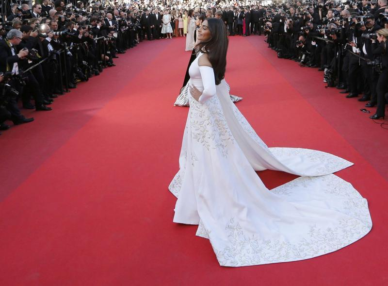 Sonam Kapoor S Bedazzling Look For The Red Carpet On Monday