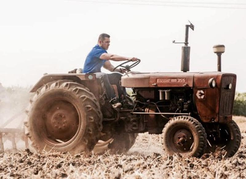 Salman Khan on a tractor in the fields of Punjab during the shoot of Sultan. (Twitter)