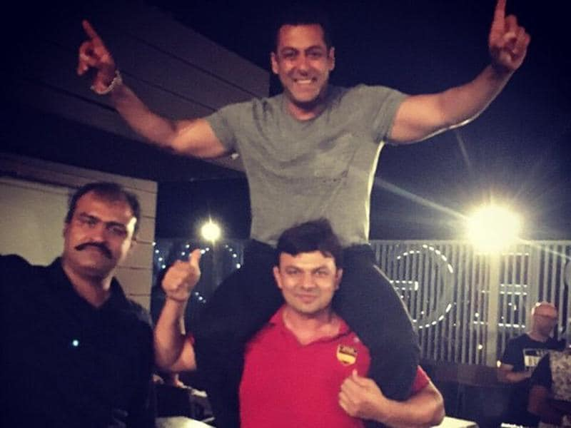 Hind Kesari Jagdish Kaliraman picks up Salman Khan at Sultan wrap party. (Twitter)