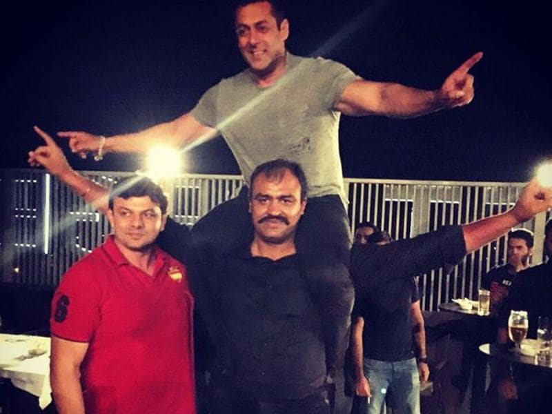 Hind Kesari Palwinder Cheema also lifted Khan at the party. (Twitter)