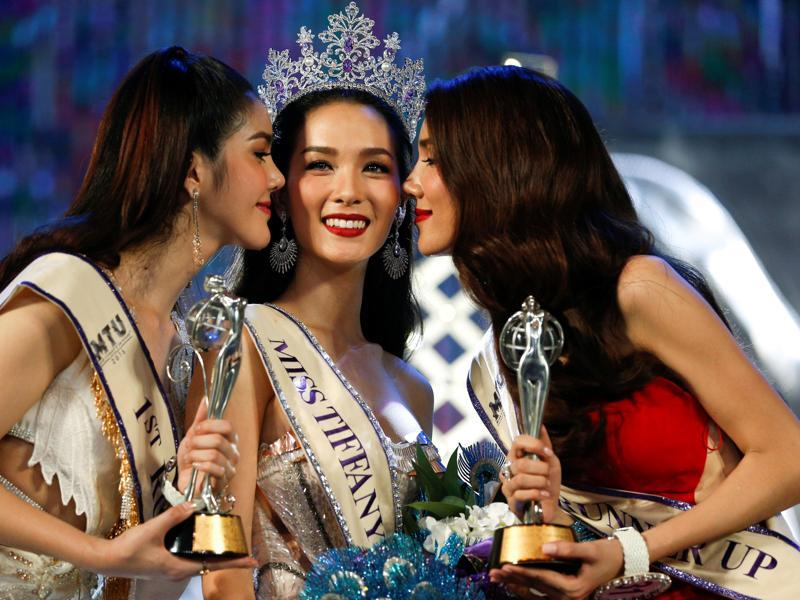 Beauty contestant Jiratchaya Sirimongkolnawin (C) is kissed by runner-ups after she was crowned the Miss Tiffany's Universe 2016 transvestite contest in the beach resort town of Pattaya, Thailand, May 14, 2016.  (REUTERS)