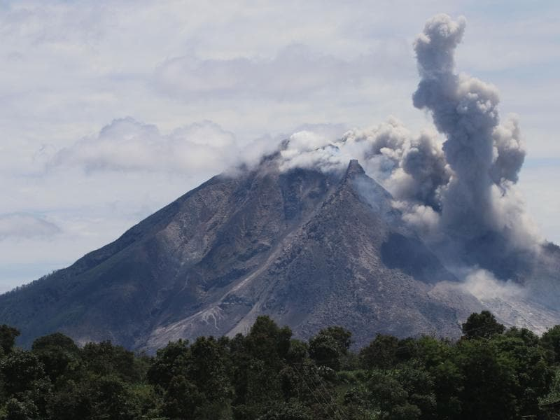 The Sinabung volcano spews hot clouds of ash, as seen from the Simpang Empat subdistrict in Karo, North Sumatra on May 22, 2016. (AFP)