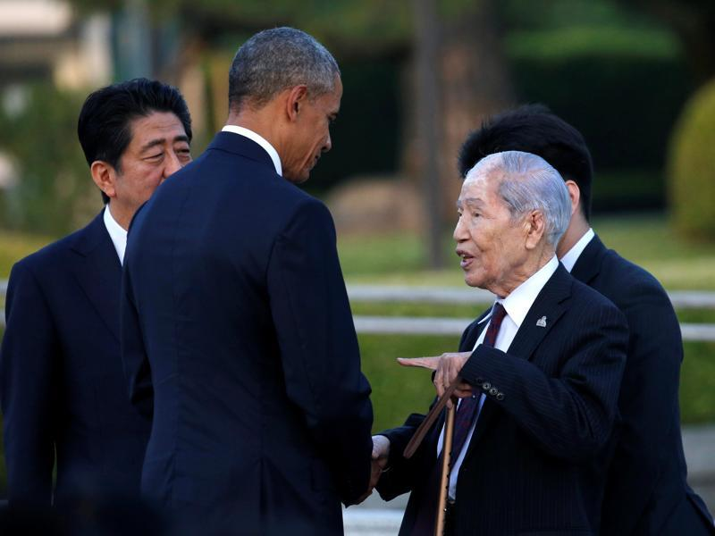 Obama (2nd L), flanked by Japanese Prime Minister Shinzo Abe (L) talks with an atomic bomb survivor, Sunao Tsuboi, as he visits the Hiroshima Peace Memorial Park. (REUTERS)
