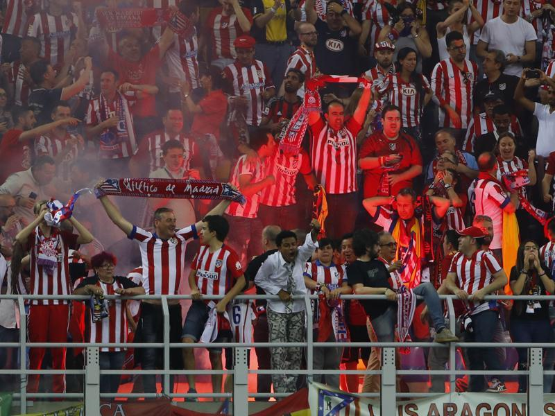 Atletico Madrid fans celebrate after Carraso scored the team's equalising goal 11 minutes before time.  (Reuters Photo)