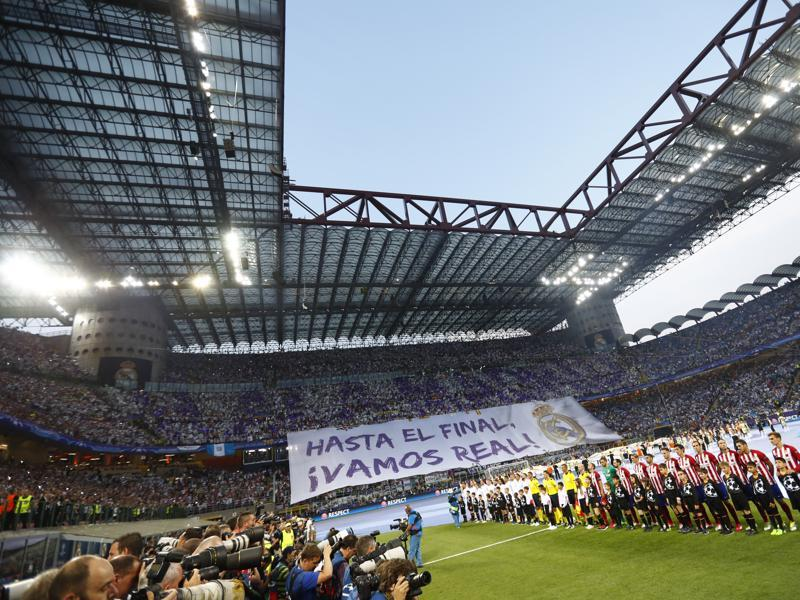 Atletico Madrid and Real Madrid players line up before the Uefa Champions League final kicked off.  (Reuters Photo)