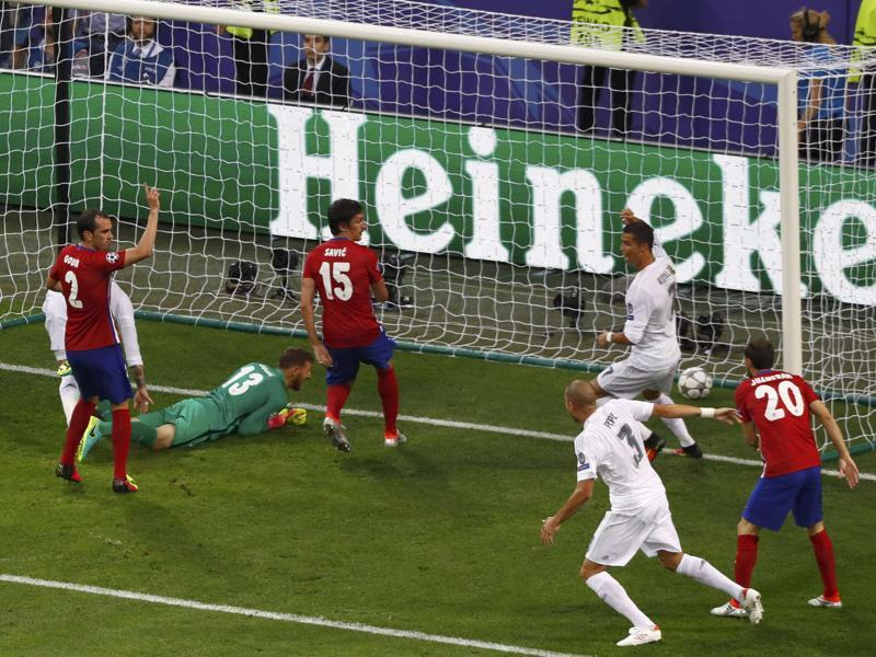 Real Madrid's Sergio Ramos scores a goal in the first half of Champions League final. (Reuters Photo)
