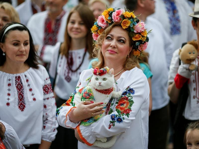 People dressed in traditional Ukrainian embroidered shirts take part in an embroidered shirt parade in central Kiev, Ukraine, May 28, 2016.  (REUTERS)