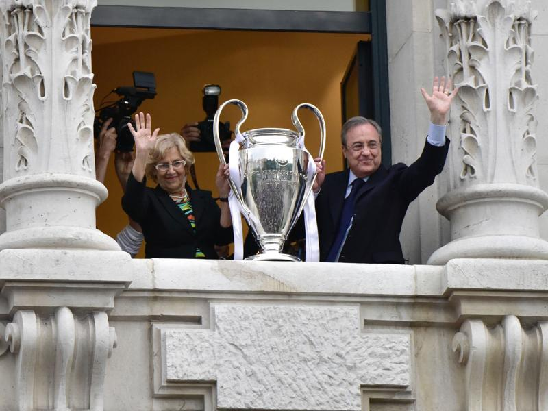 Real Madrid president Florentino Perez (R) and mayor of Madrid, Manuela Carmena, wave as they show the trophy from Madrid town hall's balcony, a day after winning the Uefa Champions League final football match against Club Atletico de Madrid, held in Milan, Italy. (AFP Photo)