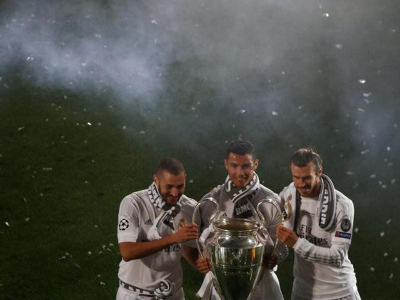 Real Madrid's Karim Benzema, Cristiano Ronaldo and Gareth Bale pose with the Champions League trophy during the victory ceremony.  (Reuters Photo)