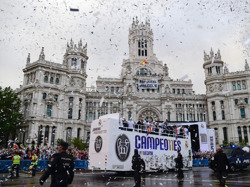 Real Madrid football players arrive to celebrate the team's win on Plaza Cibeles in Madrid after the Uefa Champions League final between Real Madrid CF and Club Atletico de Madrid in Milan, Italy. (AFP Photo)