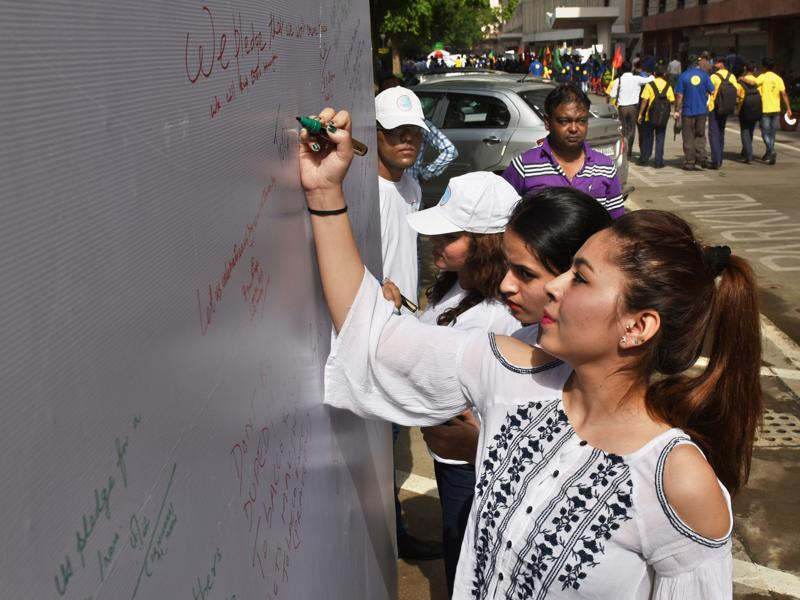 People sign a pledge at Nirman Bhawan, New Delhi, to not smoke. Tobacco use, including smoking, accounts for 10% of all deaths in India. (Sushil Kumar/HT )