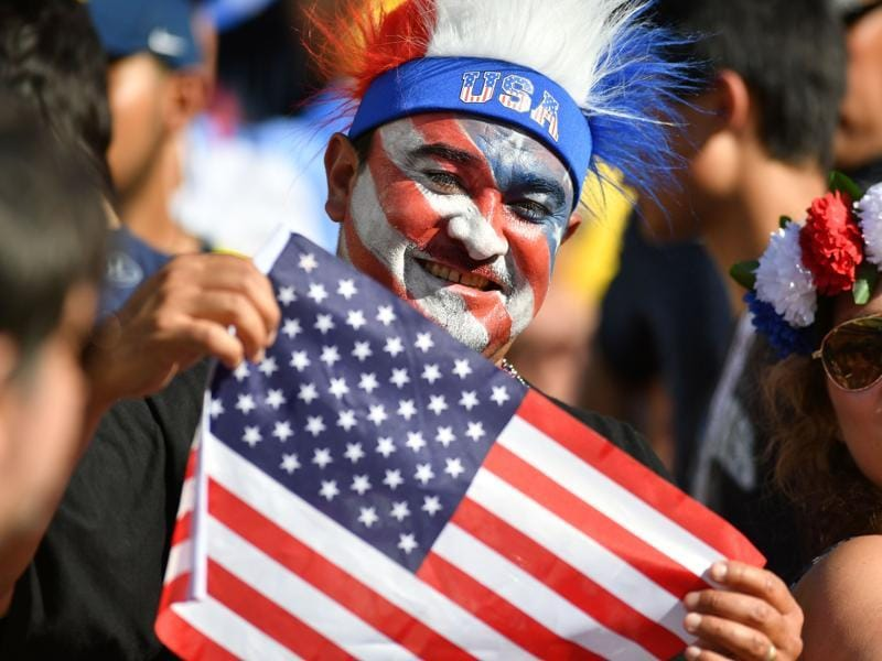 A supporter of the United States waits for the start of the Copa America Centenario football tournament match between the USA and Colombia in Santa Clara, California. (AFP Photo)