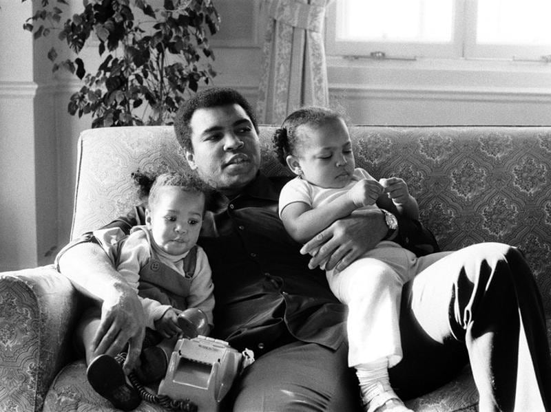 Muhammad Ali is seen cuddling his daughters Laila, (L ) and Hana (R) at a Hotel in London. (REUTERS photo)
