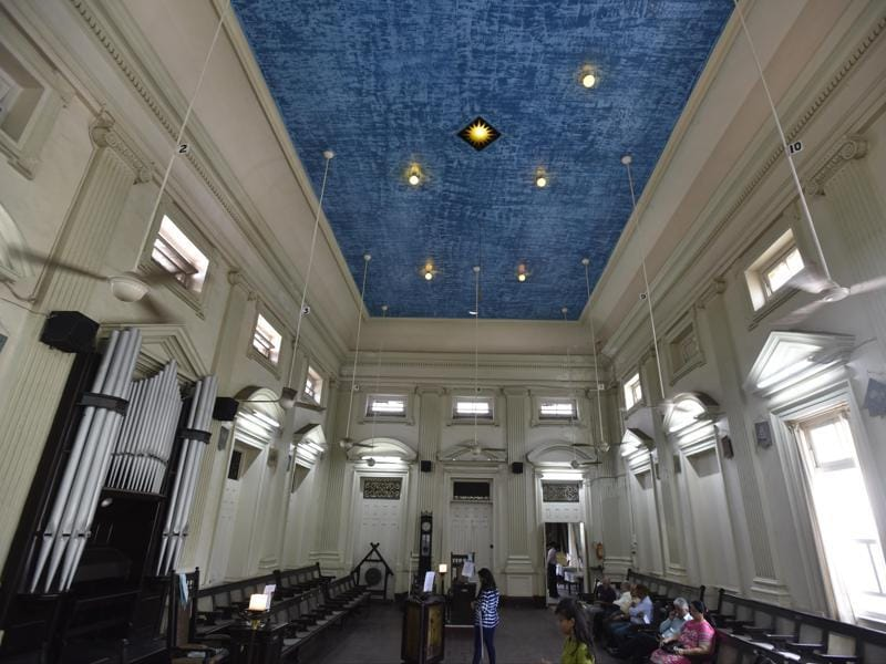 The ceiling is painted to mirror the sky, with a moon, North Star and the sun — all lit up. From the sun hangs a chain with the letter 'G' on it, symbolic of God, situated at the heart of a black-and-white tiled floor that the masons call the carpet, with a sun etched on it too (Kunal Patil/htphoto)