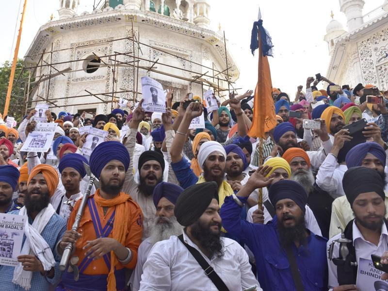 Activists of the Sikh radical group raising pro-Khalistan slogans at the Golden Temple in Amritsar on Monday. (Gurpreet Singh/HT)