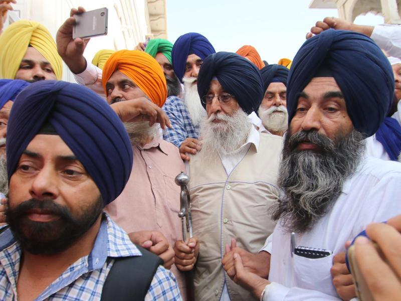 SAD Amritsar president Simranjit Singh Mann (centre), along with other activists, at the Golden Temple in Amritsar on Monday. (Gurpreet Singh/HT)