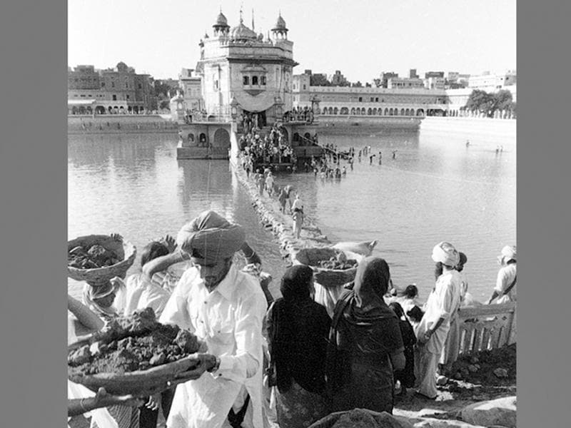 This November 22, 1984-photo shows locals and devotees performing Kar Sewa (voluntary service) at the Golden Temple. (KK Chawla/HT File Photo )