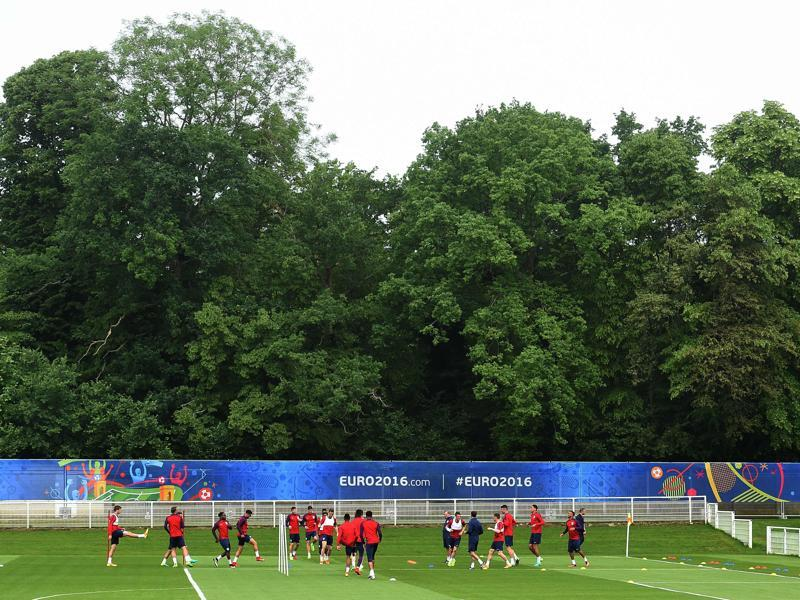 The England squad take part in a training session in Chantilly, France, on June 10, 2016. England take on Russia in their Euro 2016 opener in Marseille on June 11. (AFP)