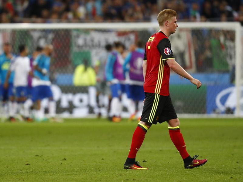 Belgium's Kevin De Bruyne looks dejected as Italy celebrate after the match. (REUTERS photo)