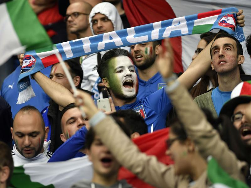 Italy fans cheer before the start of the Euro 2016 group E football match between Belgium and Italy. (AFP photo)