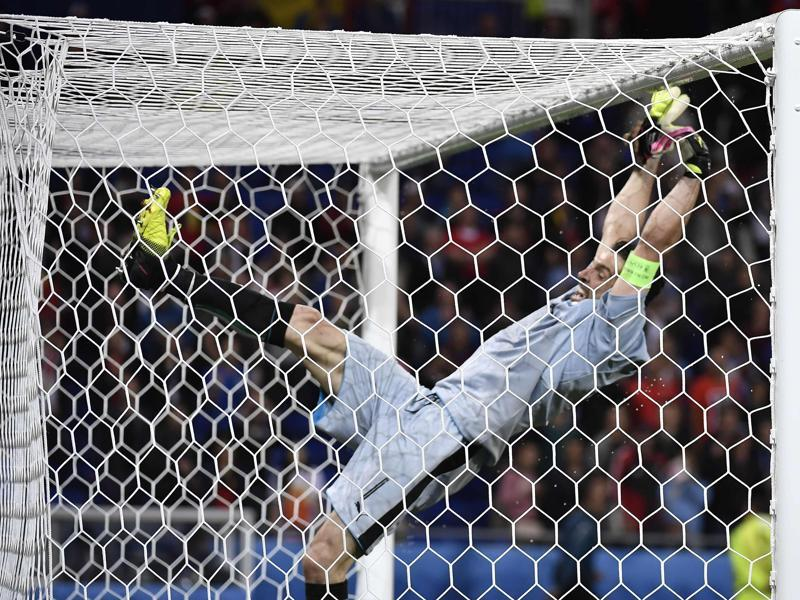 Italy's goalkeeper Gianluigi Buffon celebrates a 2-0 victory following the Euro 2016 group E football match between Belgium and Italy. (AFP photo)