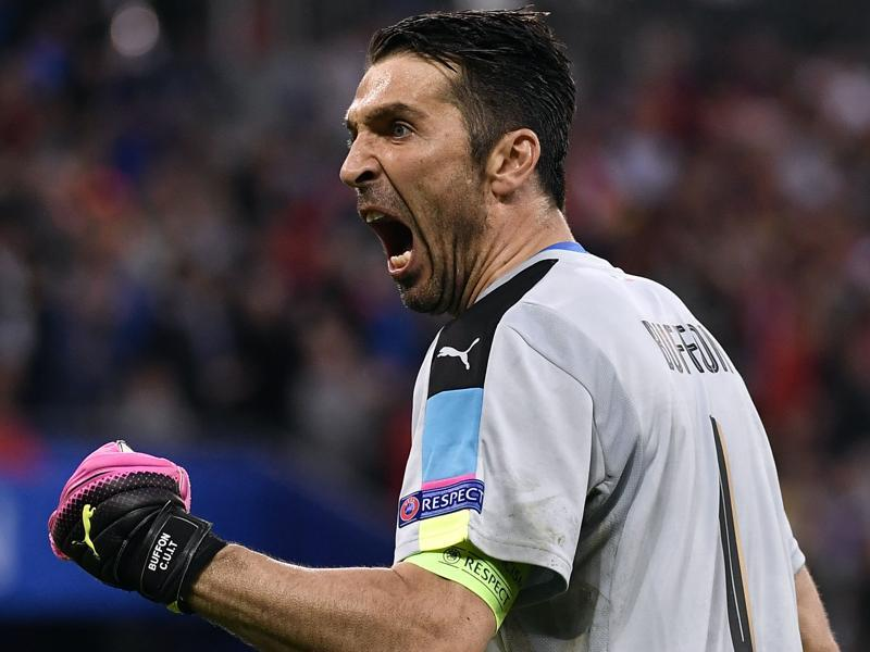 Italy's goalkeeper Gianluigi Buffon celebrates after Italy's midfielder Emanuele Giaccherini scored his team's first goal during the Euro 2016 group E football match. (AFP Photo)
