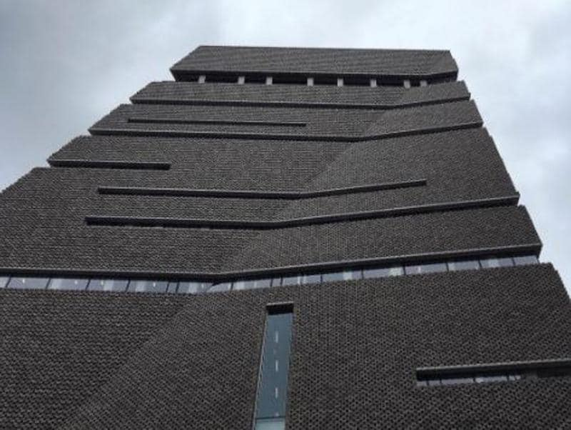 Is that a crease on that building? Nope. That's just Tate Modern - the Switch House. (Instagram/opresdemabrune)