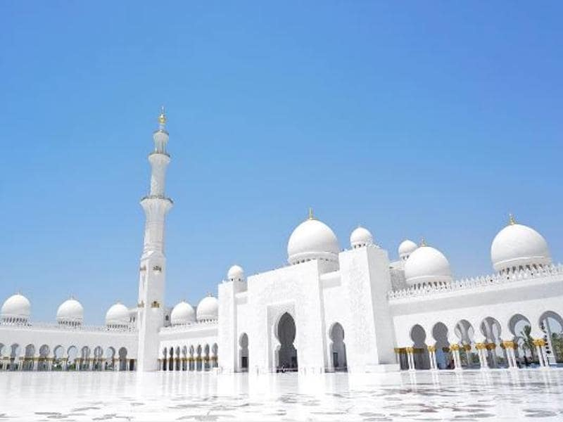 Marvel at the serene beauty of Sheikh Zayed Grand Mosque in Abu Dhabi. (Instagram/ohsolove.lee)