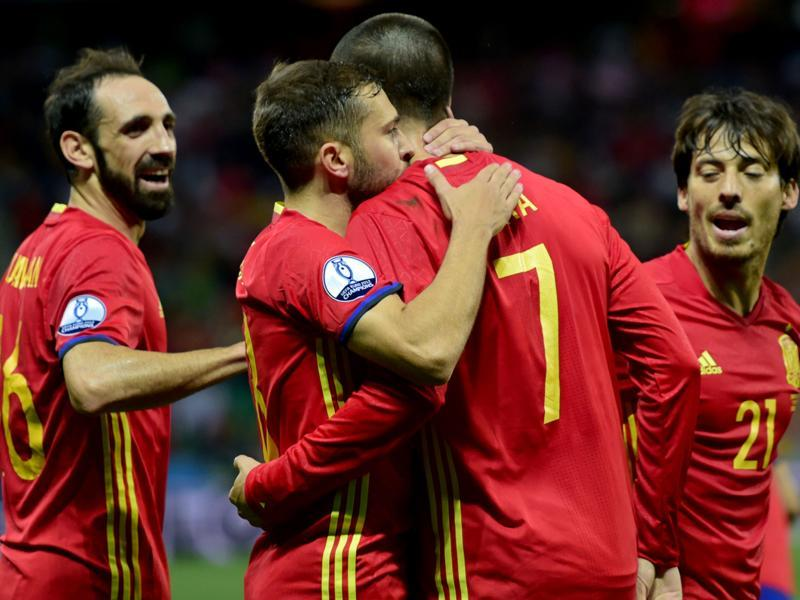Spain's forward Alvaro Morata (C-R) celebrates with teammates. (AFP Photo)