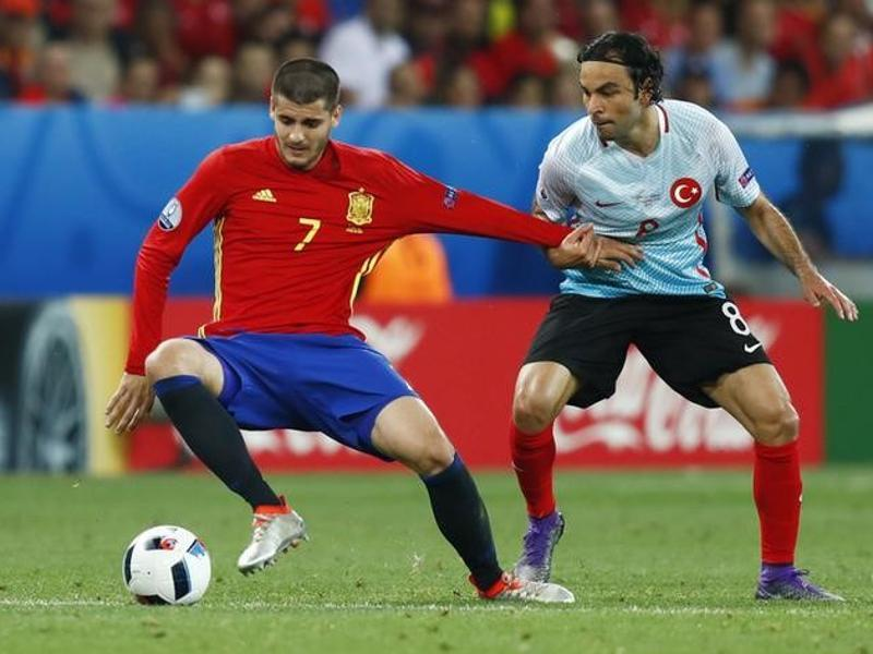 Spain's Alvaro Morata in action with Turkey's Selcuk Inan. (Reuters photo)