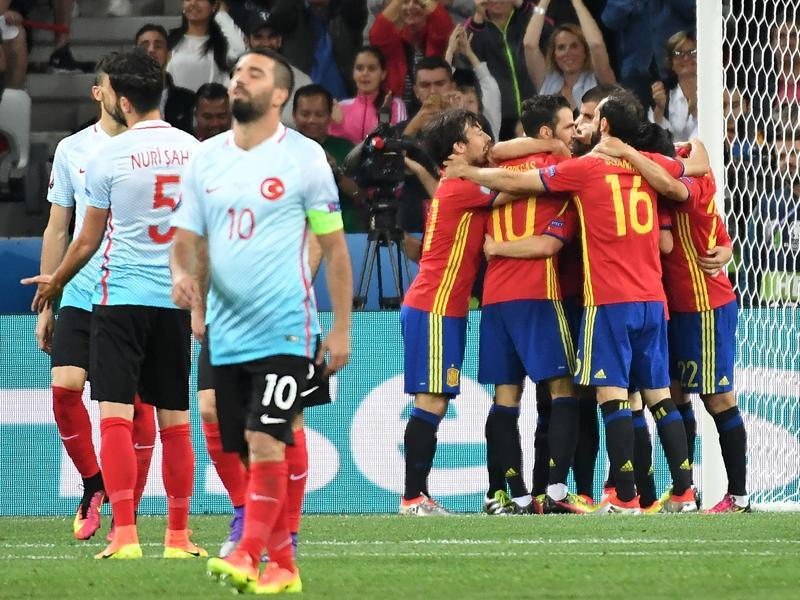 Turkey's players (L) react as Spain's players celebrate their third goal. (AFP photo)