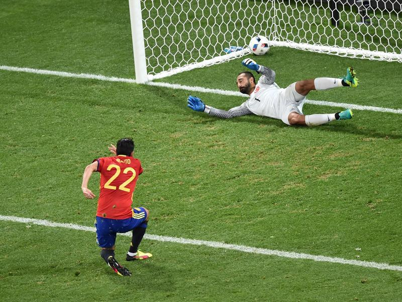 Spain's forward Nolito (L) scores the 2-0 against Turkey's goalkeeper Volkan Babacan. (AFP photo)