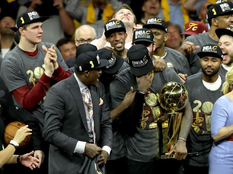 LeBron James of the Cleveland Cavaliers celebrates with the Larry O'Brien Championship Trophy after defeating the Golden State Warriors 93-89 in Game 7 of the 2016 NBA Finals at ORACLE Arena on June 19, 2016 in Oakland, California. (AFP)