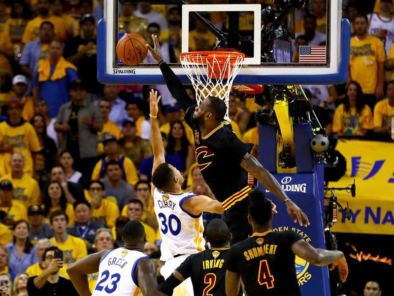 LeBron James blocks a shot by Stephen Curry. (AFP)