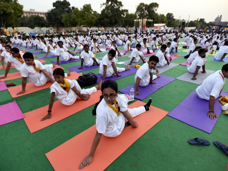 Participants perform a yoga aasana at Rajpath. (sonu mehta/ht photo)