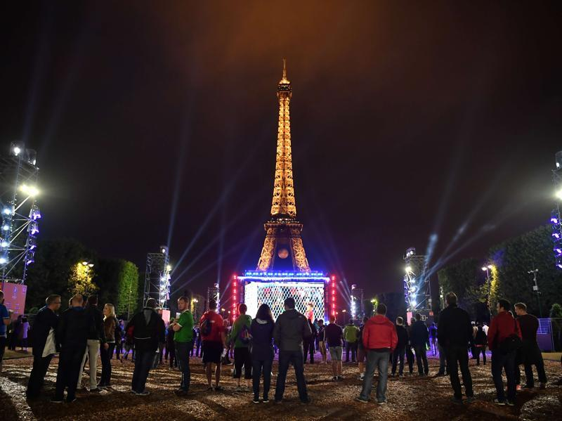 Football supporters watch the Euro 2016 group B football match between Slovakia and England at Paris' fan zone near the Eiffel tower on the Champs de Mars in Paris. (AFP Photo)