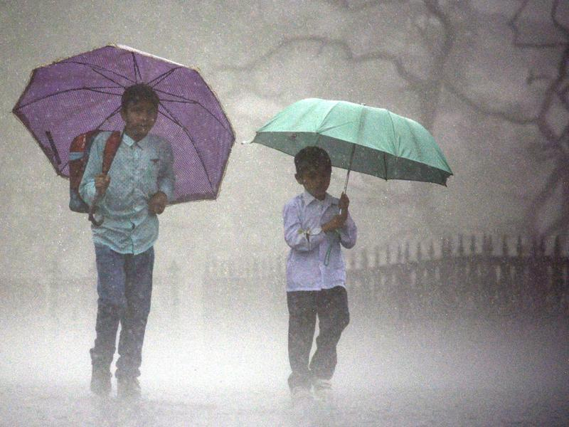 Students walk through the misty pre-monsoon showers in Shimla. (Deepak Sansta/HT)