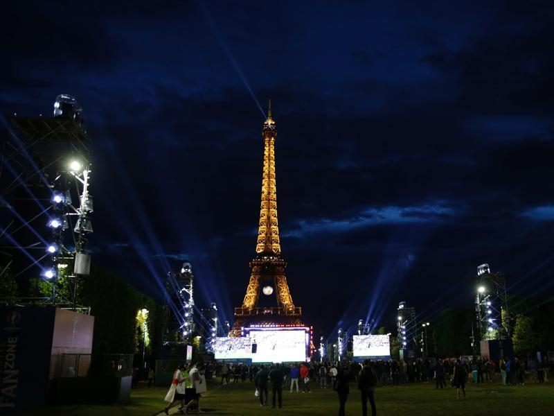 The fan zone below the Eiffel Tower is pictured during the showing of the Euro 2016 Group C football match between Germany and Poland. (AFP Photo)