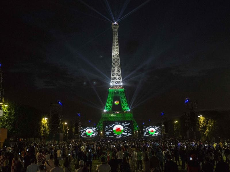 England supporters watch the Euro 2016 football match between England and Russia on a giant screen in front of the Eiffel Tower in Paris. (AFP Photo)