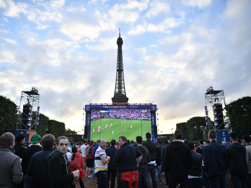 Supporters watch the Euro 2016 group B football match between Slovakia and England at Paris' fan zone near the Eiffel tower on Champs de Mars in Paris. (AFP Photo)