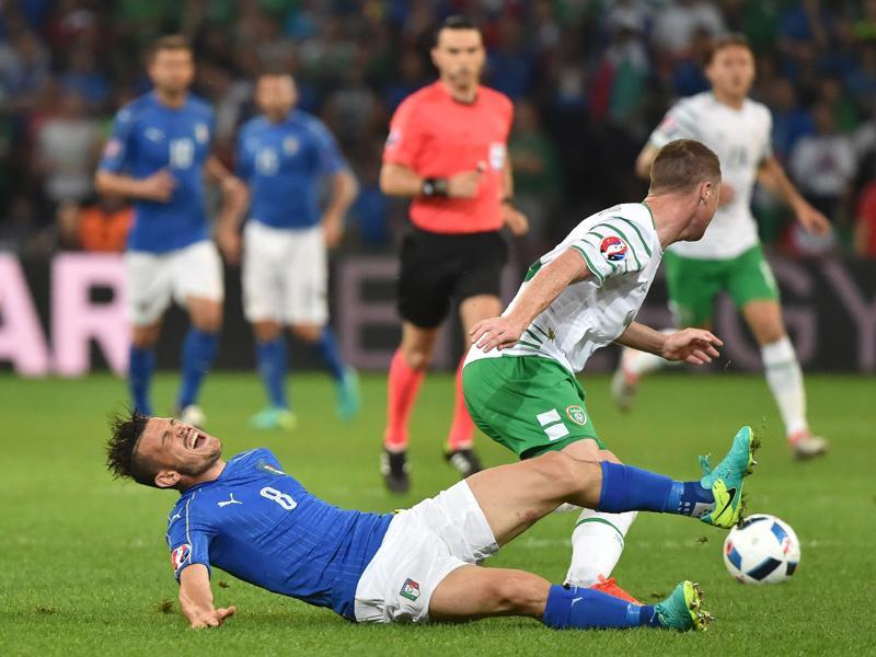 Italy's midfielder Alessandro Florenzi (L) and Ireland's midfielder James McCarthy vie for the ball. (AFP photo)