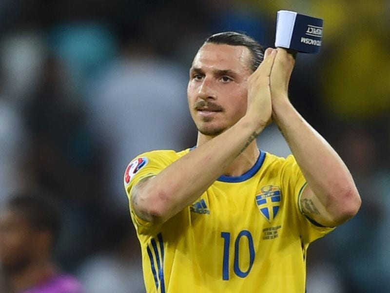 Sweden's forward Zlatan Ibrahimovic acknowledges the crowd. (AFP photo)