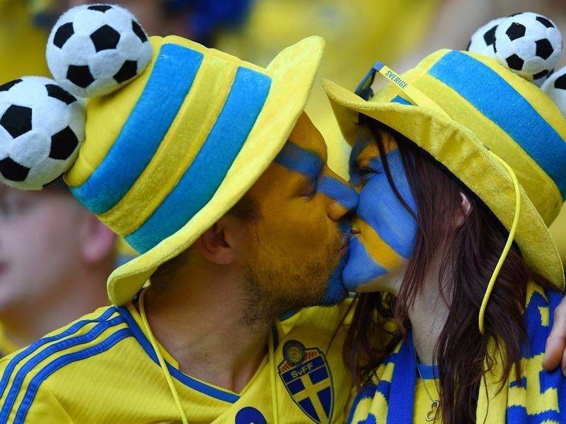 Sweden fans kiss prior to the start of the Euro 2016 group E football match between Sweden and Belgium at the Allianz Riviera stadium in Nice on June 22, 2016.  (AFP photo)