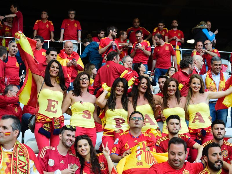 Spanish supporters cheer ahead of the Euro 2016 group D football match between Spain and Turkey at the Allianz Riviera stadium in Nice. (AFP Photo)